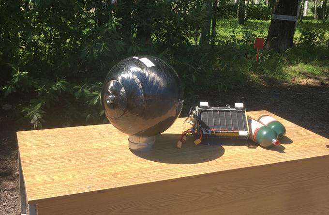 Слева: водородный композитный баллон